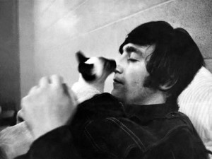 FAMILIE. John Lennon si una dintre cele trei pisici ale sale.