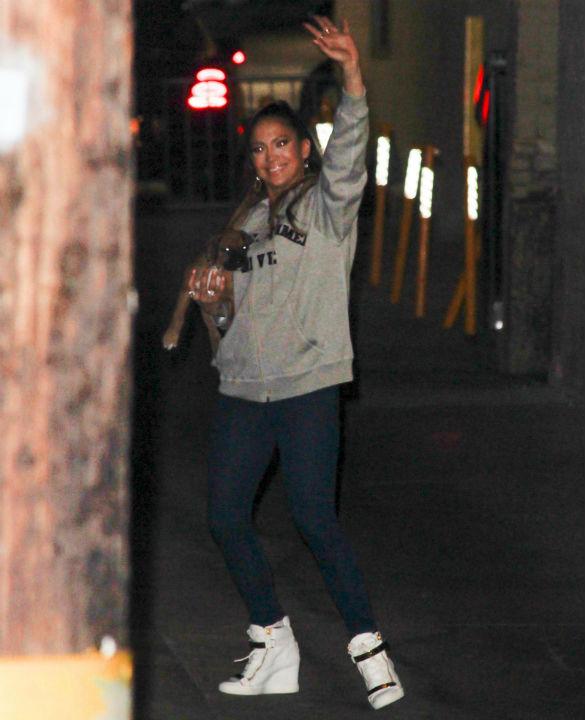 Jennifer Lopez a apărut în public cu căţeluşul Bear, un pui de boxer