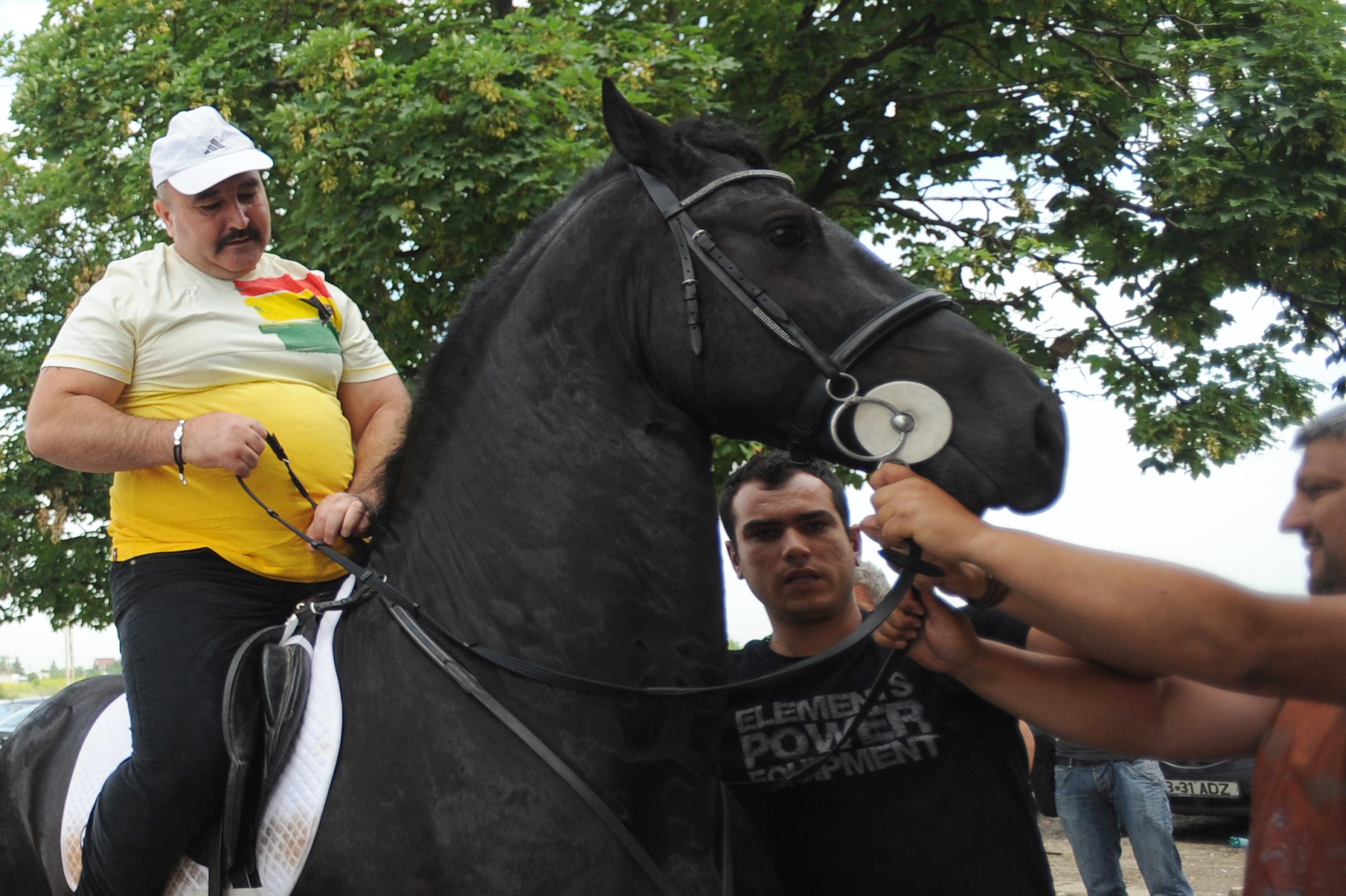 Ion Balint zis Nutu Camataru pleaca calare pe un cal dupa ce a fost eliberat din Penitenciarul Jilava din Bucuresti