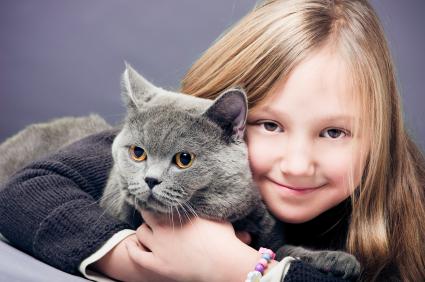 Copiii crescuţi alături de pisici se dezvoltă mai armonios şi sunt mai responsabili