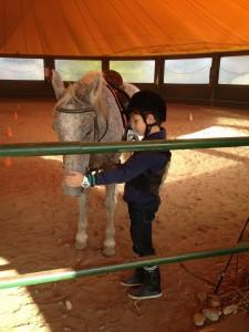 Copiii lui George Ogăraru iau lecții de călărie