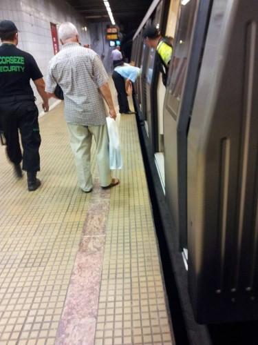 Situatie dramatica! Un caine a cazut sub metrou astazi, in Bucuresti! Totul s-a terminat … intr-un mod neasteptat