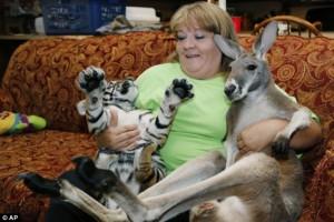 O femeie s-a mutat în grădina zoologică