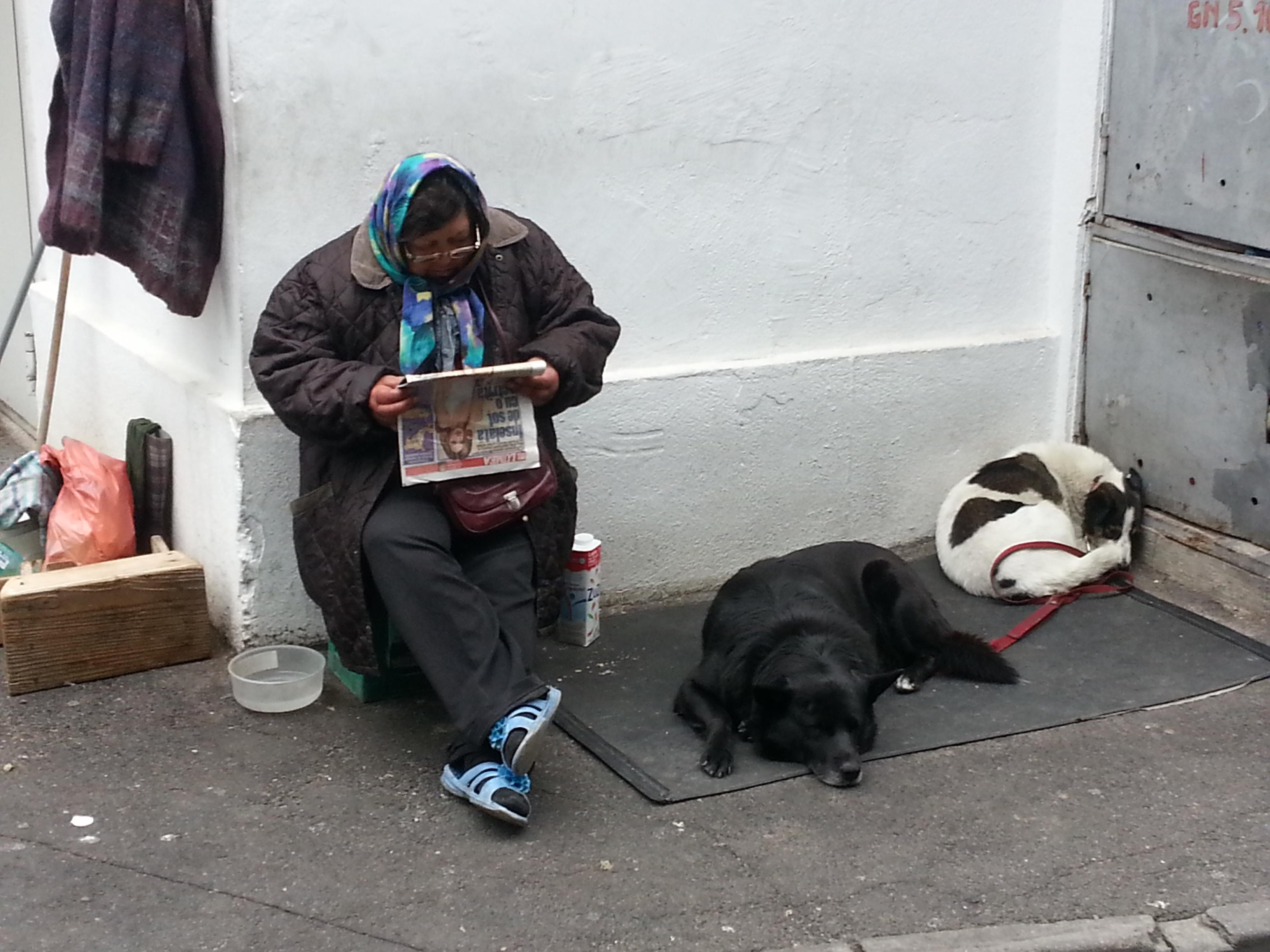 femeia cu cainii
