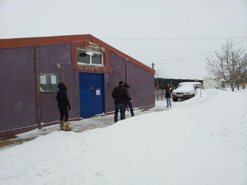 Oamenii au tremurat de frig circa 2 ore pana li s-a spus clar ca azi nu au nicio sansa sa adopte