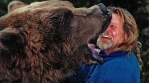 FASCINANT. Au îmblânzit și s-au împrietenit cu 3 grizzly. Urșii sunt vedete la Hollywood! VIDEO