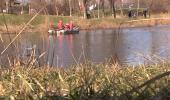 Pompierii cu barca dupa lebada