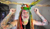 O colectie de imagini socante: Un barbat s-a mutilat si pictat pe fata ca sa arate ca un papagal!