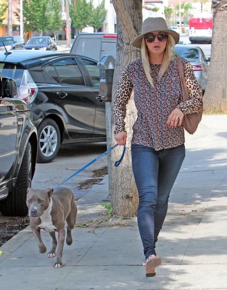 Kaley+Cuoco+Takes+Dog+Vet