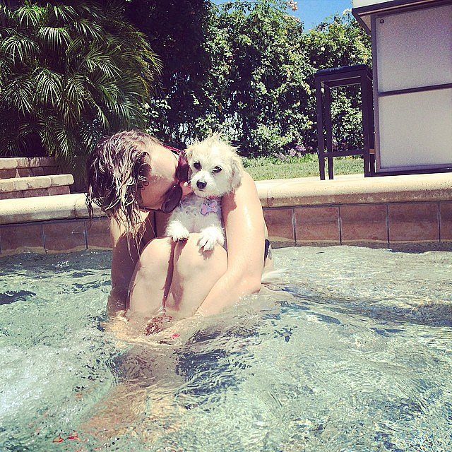 Kaley-Cuoco-kissed-her-dog-pool
