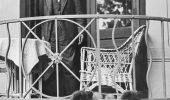Sigmund Freud, in Viena, la aniversarea a 80 de ani, alaturi de cainii sai...
