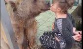 CURAJ NEBUN sau INCONȘTIENȚĂ? Femeia care sărută un urs face senzație în mediul virtual I VIDEO