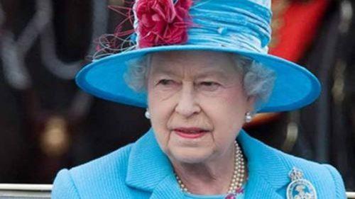 IMPRESIONANT! Regina Elisabeta a II-a a hrănit un elefant. Cum a reacționat animalul după ce a mâncat I FOTO
