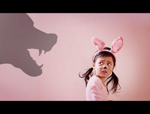 Cum SCAPĂ un copil de frica de animale? Iată câteva SFATURI UTILE