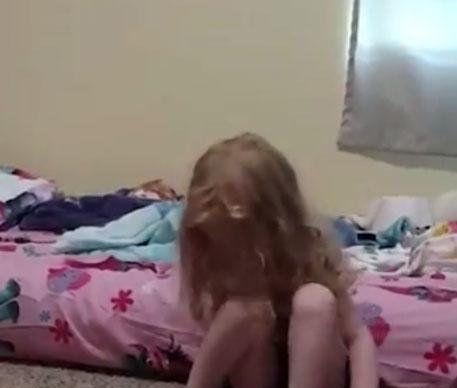 ȘOCANT! O fetiță încearcă să stea pe picioarele ei, după ce a fost mușcată de o CĂPUȘĂ!