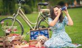 O scriitoare, un fotograf şi un căţel, în aventura vieții lor. Vor pleca într-o călătorie mai puţin obişnuită