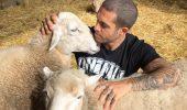 Din dragoste de viață, după ce medicii nu îi mai dădeau șanse, un tânăr a ÎNVINS moartea și militează pentru drepturile animalelor