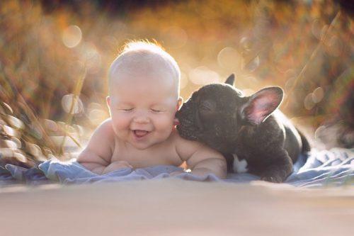 MOMENT EMOȚIONANT! Un bebeluș și un cățel se cred frați. Uite ce fac ZILNIC! FOTO