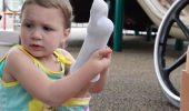 WOW! O fetiță cu picioarele amputate are motiv de BUCURIE. Uite ce cadou a primit de ziua ei / GALERIE FOTO